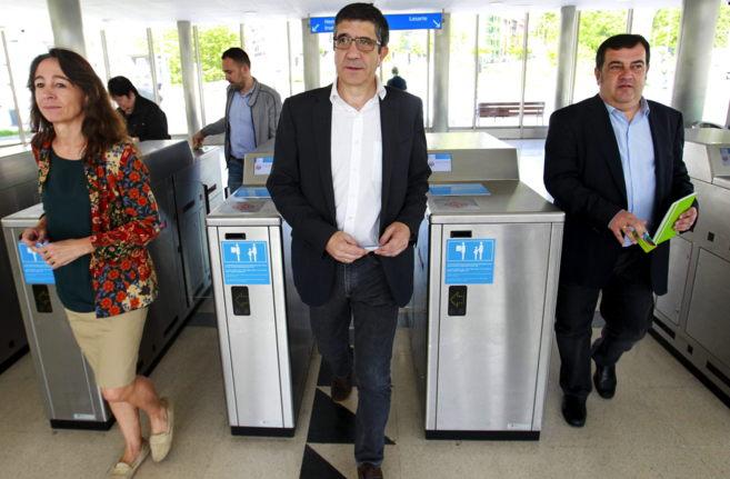 El lehendakari Patxi López junto a Ernesto Gasco, esta mañana en la...