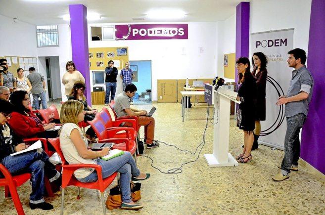 Dirigentes de Podemos Baleares y la líder del partido en Cataluña,...