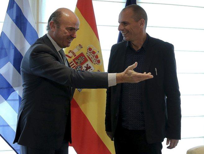 El ministro Luis de Guindos, con el titular de Finanzas griego, Yanis...