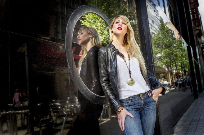La solista de jazz, Noa Lur, en una céntrica calle de Bilbao.