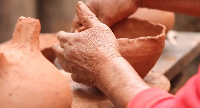 Una mujer de la Comunidad Chané elabora vasijas de barro en la...