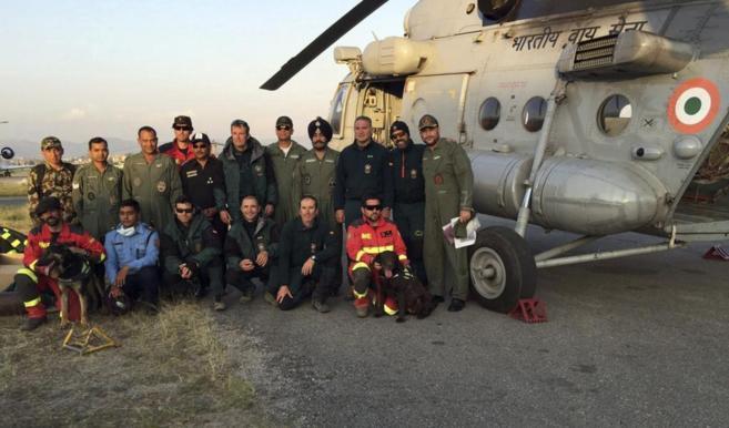 El equipo de rescate español posa con miembros de las Fuerzas Armadas...