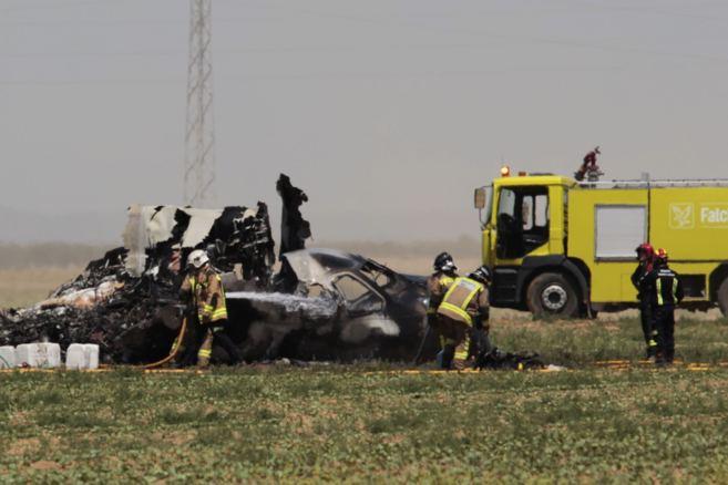 Restos del avión A-400M siniestrado en Sevilla este sábado.