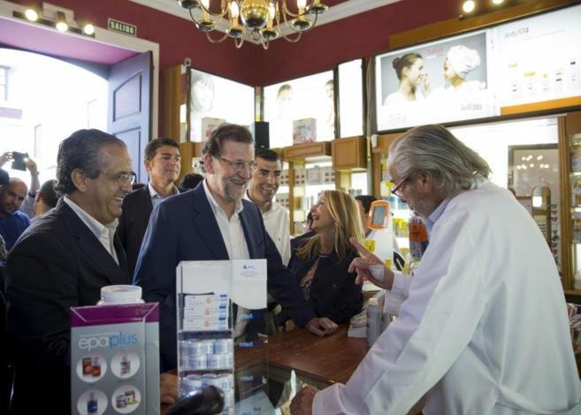 Rajoy, ayer en Tenerife, acompañado de Australia Navarro, candidata...