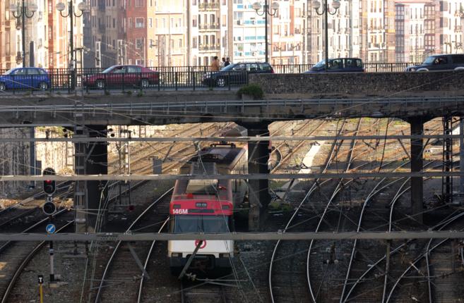 Un tren pasa por debajo del Puente de Cantalojas, en dirección a la...