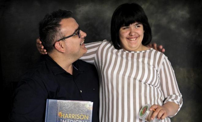 Miguel Ángel y Mara (12 años), quien sufre el estraño síndrome de...