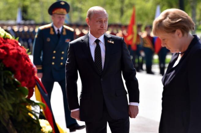 La canciller Angela Merkel, y el presidente ruso, Vladimir Putin, ante...