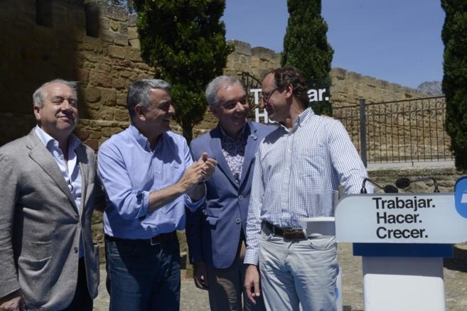 El munistro Alfonso Alonso con el diputado general de Álava, Javier...