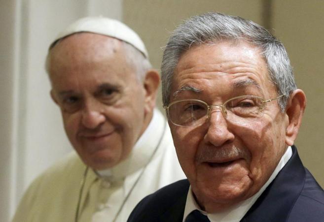 El Papa Francisco, junto a Raúl Castro, en El Vaticano.