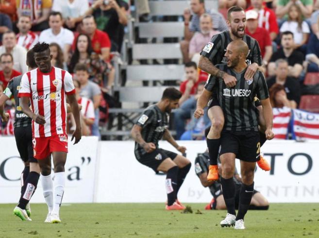 Los jugadores del Málaga celebran el primero de los goles.