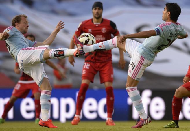 Krohn-Dehli (izda.) y Augusto Fernández intentan controlar el balón.