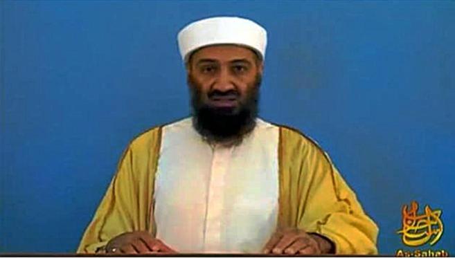 Osama bin Laden, en una imagen de vídeo encontrada en su casa de...