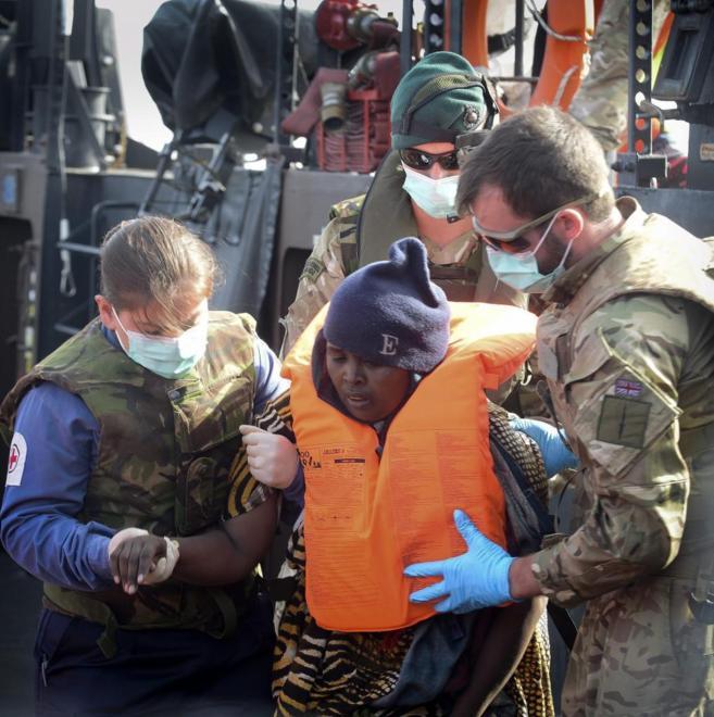 Tripulantes del HMS Bulwark británico rescatan a inmigrantes del...