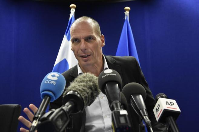 El ministro de Finanzas griego, Yanis Varufakis, ayer, en la rueda de...