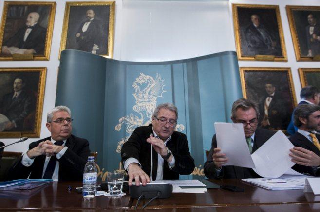 Alfonso Rus, presidente de la Diputación, flanqueado por sus...