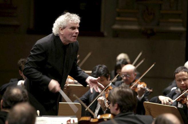 El director de la Filarmónica de Berlín, dirigiendo a la Orquesta...
