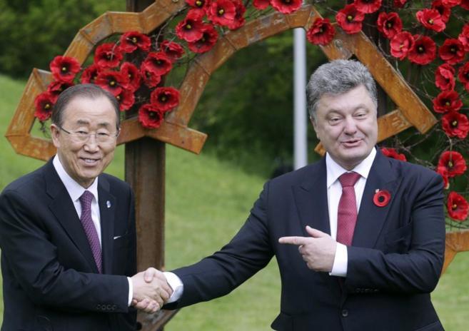 Ban Ki-moon estrecha la mano a Poroshenko durante su encuentro en Kiev...