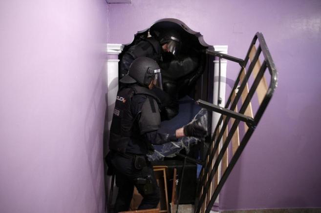 Policías antidisturbios llevan a cabo un desahucio en Madrid.