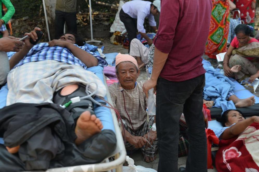 Varios pacientes de un hospital de Katmandú, en la calle, tras el...