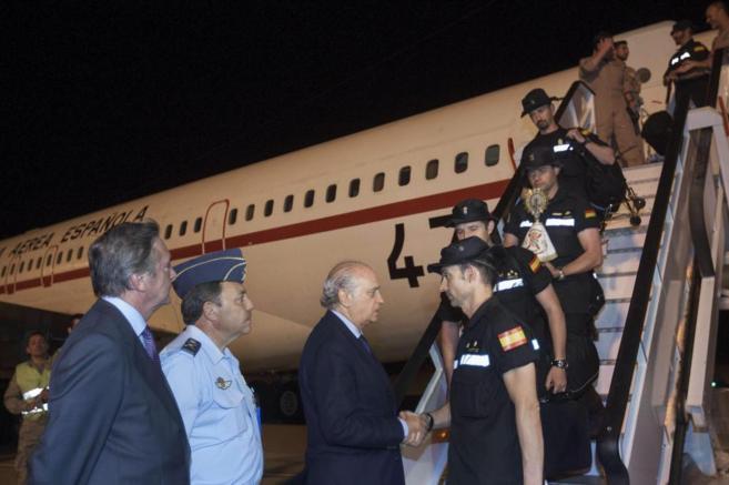 El ministro del Interior recibe a los policías desplazados a Nepal.
