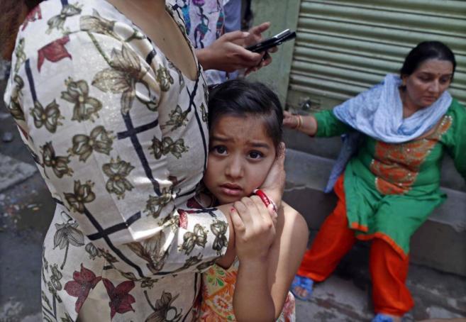 Nepalíes en busca de un espacio abierto en Sankhu, a las afueras de...