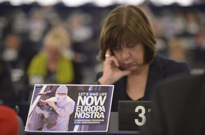 Rebecca Harms, de los Verdes europeos, tras un cartelel que se lee...
