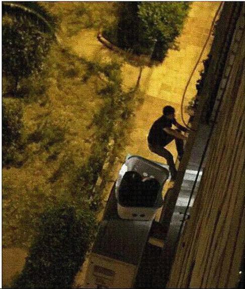 El detenido en el momento que intentaba escapar de la Policía.