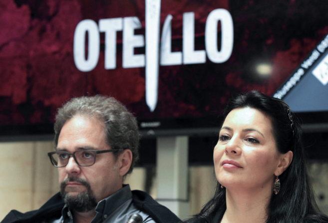El tenor Marco Berti (Otello) junto a la soprano Lianna Haroutounian...