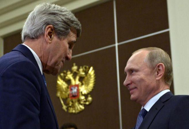 El secretario de Estado de EEUU, John Kerry, y el presidente de...