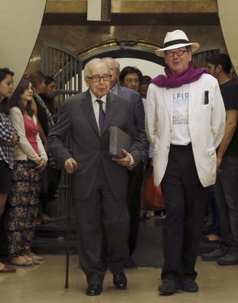 Pablo García Baena (izquierda) con Luis Antonio de Villena (derecha),...