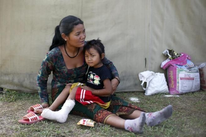 Pasang Tamang, de cuatro años, junto a su madre Monju Taman, tras el...