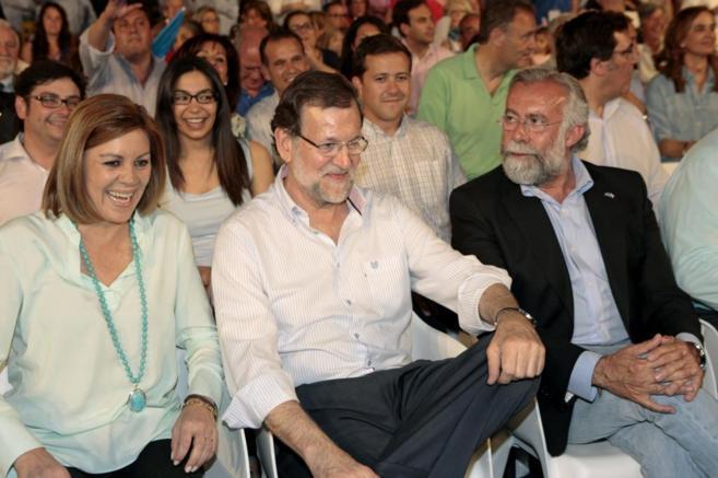 Rajoy entre Mª Dolores de Cospedal y el candidato a revalidar la...
