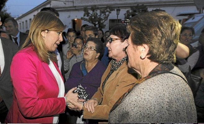 Susana Díaz con los vecinos de Aznalcóllar en marzo de 2014.