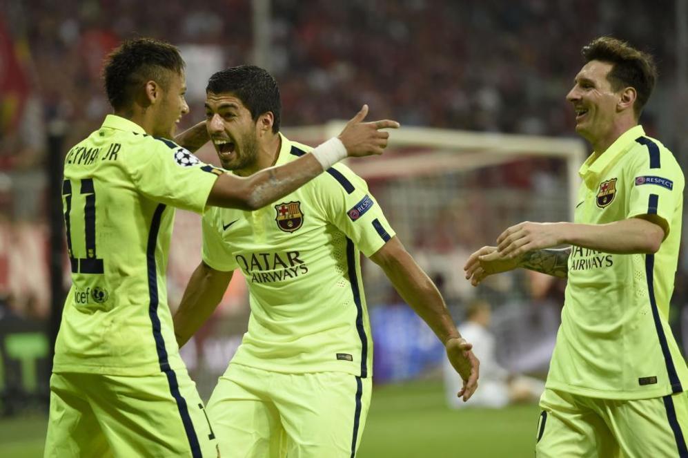 Luis Suárez y Messi felicitan a Neymar tras uno de sus goles en el...