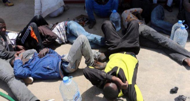 Inmigrantes descansan en una base naval libia tras ser rescatados.