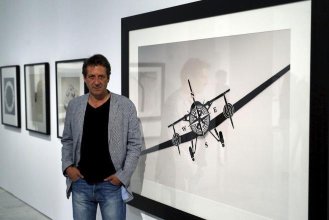 El autor, Chema Madoz junto a uno de sus cuadros