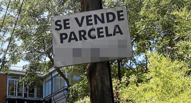 Imagen de un cartel ubicado en un solar que anuncia la venta de...