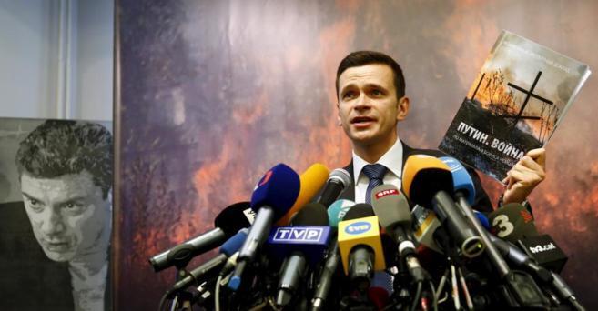 El activista ruso Ilya Yashin durante la presentación del informe...