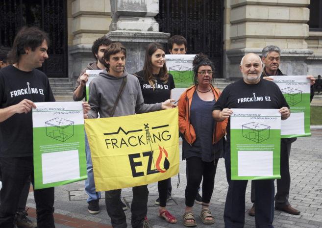 Los responsables de la campaña 'Vota fracking ez', antes de...