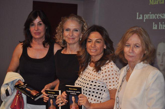 De izq. a dcha.: Carmen Martínez-Bordiú, Pilar González de...