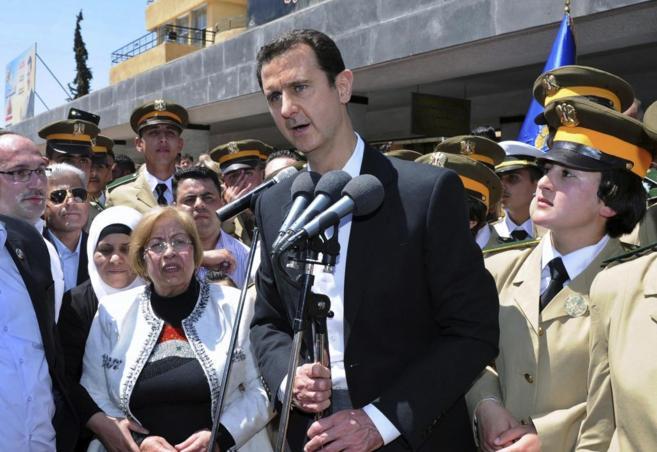 El presidente sirio, Bashar Asad, da un discurso durante una visita a...