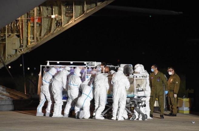 Llegada a Roma del enfermero infectado por ébola en Sierra Leona.