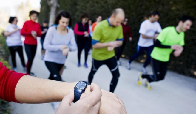 Un grupo de personas corriendo en el Parque de El Retiro.