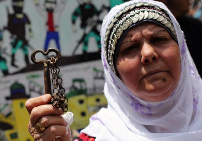 Una refugiada palestina muestra una llave, símbolo de su hogar...