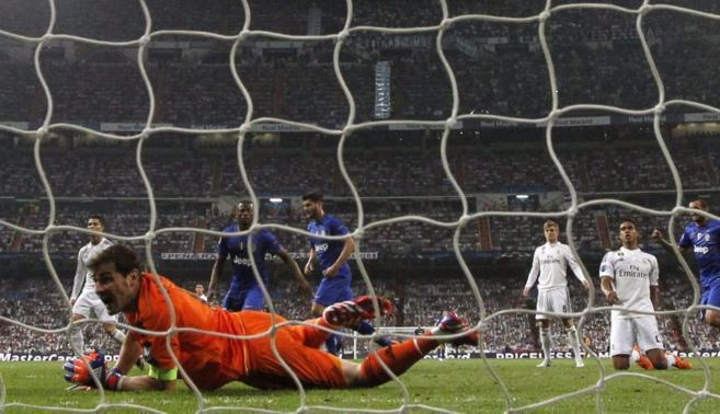 Casillas observa el balón de Morata dentro de su portería.