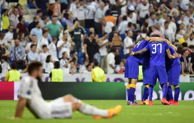 Carvajal sobre el césped, mientras los jugadores de la Juve celebran...
