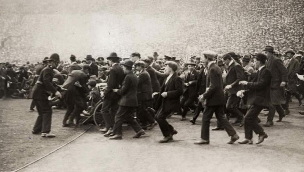 Disturbios en Londres, a la entrada del estadio de Wembley,  en 1923.