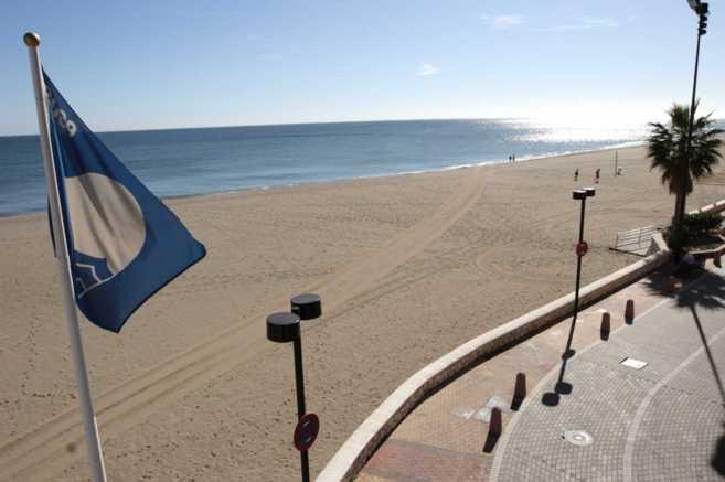 La bandera azul ondea en una playa de Málaga.