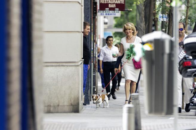Esperanza Aguirre, candidata del PP a la Alcadía de Madrid, paseando...