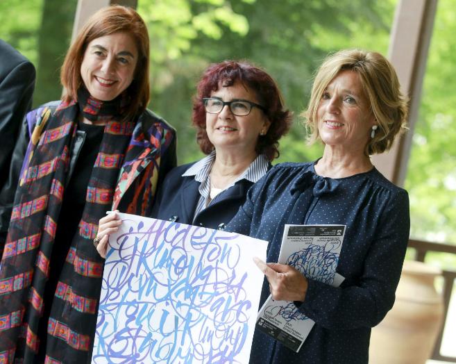 Cristina Uriarte, la vicerectora Ana Arrieta y la directora de los...